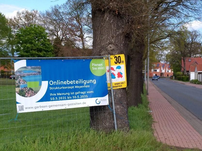 Foto der Leistlinger Straße Ortseingang Richtung Osten mit Beteiligungsbanner